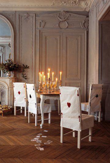 Housses de chaise en tissu brodées comme des cartes à jouer en référence à alice au pays des merveilles
