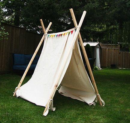 אוהל מסדינים ומוטות מחוברים ביחד