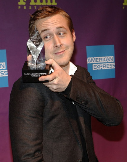 #RyanGosling balanced his Independent Award on his shoulder at the 2008 Santa Barbara Film Festival. #hot #celebrity