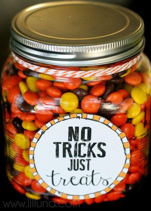 No Tricks, Just Treats Jar. Free printables - perfect for a Halloween neighbor or teacher gift! #halloween