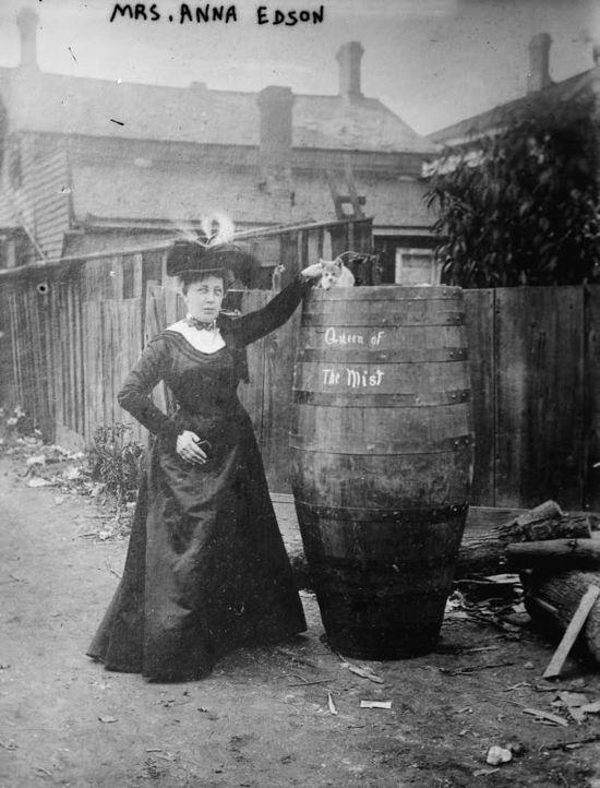 Annie Edson Taylor était un aventurier américain qui, sur son 63e anniversaire 24 Octobre 1901, est devenu la première personne à survivre à un voyage aux chutes Niagara dans un tonneau. Elle est décrite avec le chat, elle a envoyé des chutes dans le canon quelques jours plus tôt pour tester sa force.
