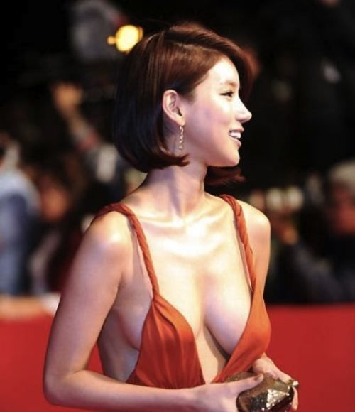 Oh In-Hye was a little known South Korean actress until she dawned a red plunging neckline dress and walked the red carpet at the Busan International Film Festival (BIFF). Photos of her