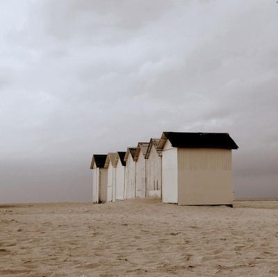 Cabines blanches sous un ciel gris