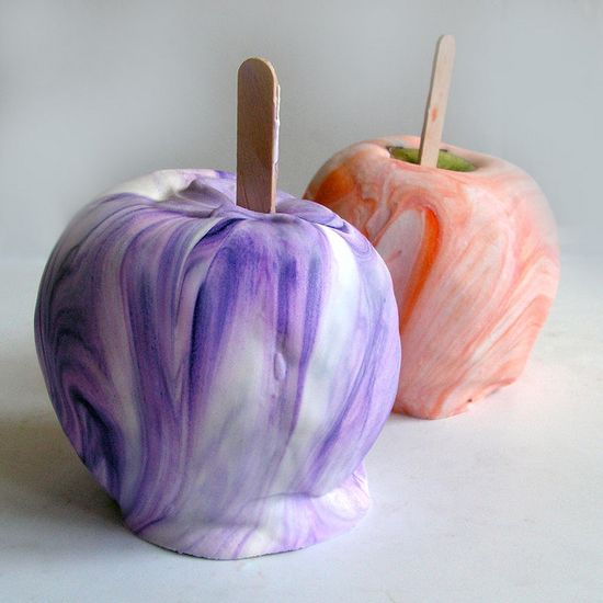 Totally groovy! Tie-dye Caramel Apples. #caramel #apples #Halloween #fall #autumn #party #caramel_apples #desserts #food #kids #tie_dye