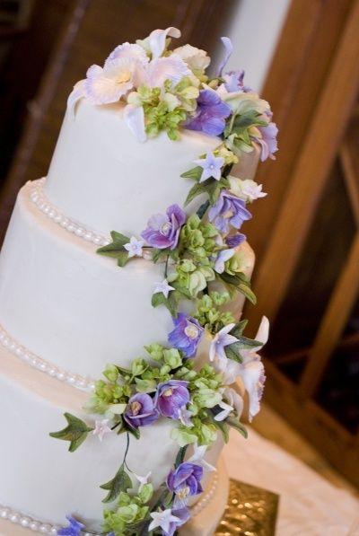 Wedding cake with flowers #weddingcakes