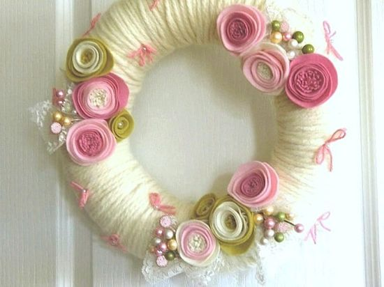 Yarn wreath with felt roses...I like the using two colors in he roses