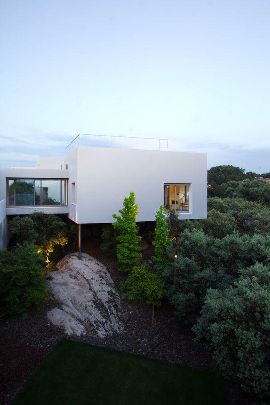 Hillside modern home / Ábaton Arquitectura