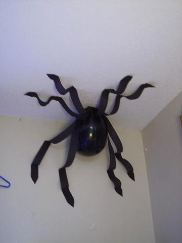 Balloon spider cute idea for the kids halloween party :)