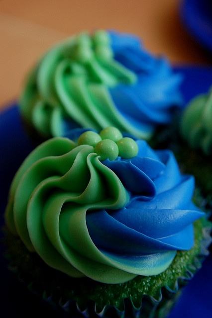 Green and blue cupcakes. Love that the cake is also green.