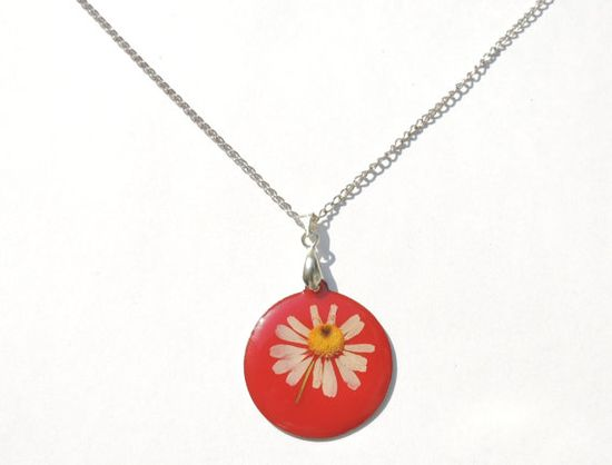 Pressed daisy pendant real flowers necklace by AmazoniaAccessories, €13.00 #necklace #pendant #flowers #red #handmade