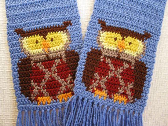 Coruja azul lenço.  Cachecol de crochê com uma coruja em cada extremidade.