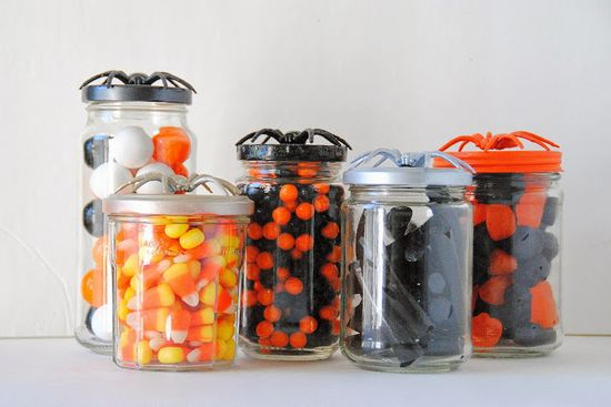 diy: spider topped halloween candy jars