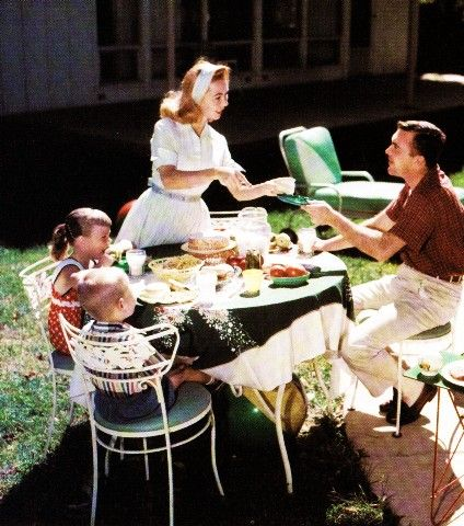 Serving up yummy outdoor eats in beautifully attired 1950s style. #vintage #mom #homemaker #housewife #family #1950s #summer