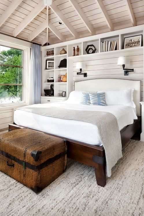 Farmhouse bedroom - Love those built-ins