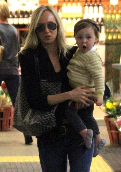 Kimberly Stewart con su hija Delilah, de año y medio, nacida de su breve romance con Benicio del Toro #people #celebrities #famosas
