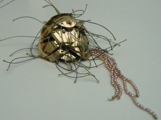 Frédérique Trinchese - Méduse en pendentif. Or, kevlar, perles de cultures