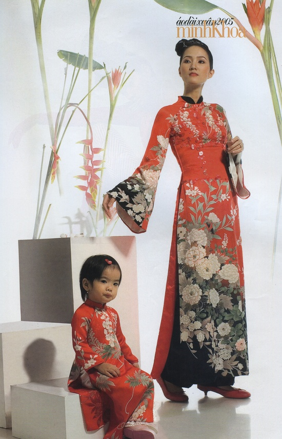 Modern short-neck ao dai. Kind of interesting.