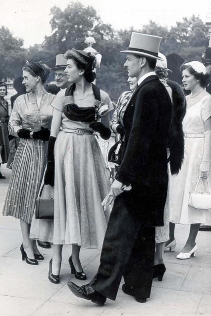 1952 - Les invités à une fête Buckingham Palace jardin. www.LondonFashion.TV