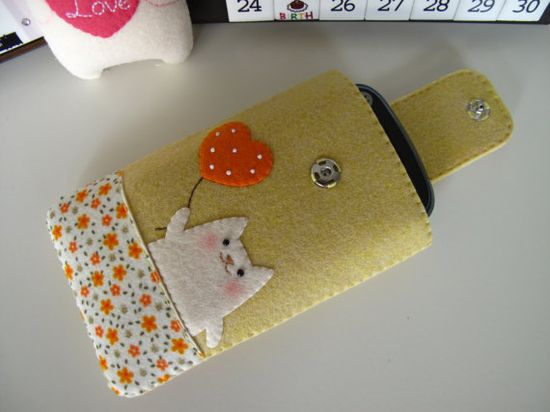 Adorable cat on felt cell phone pouch.