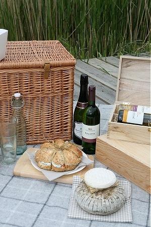 photo styling: picnic setting // basket // bread boards