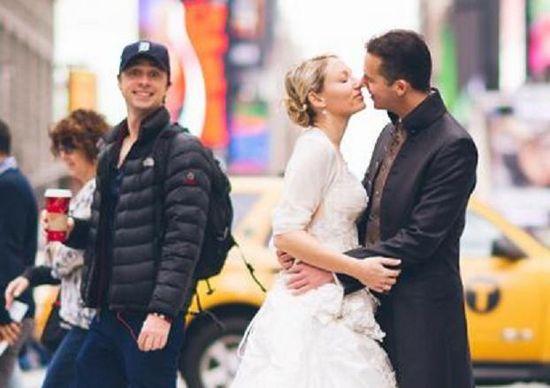 Zach Braff photobombs a wedding photo.