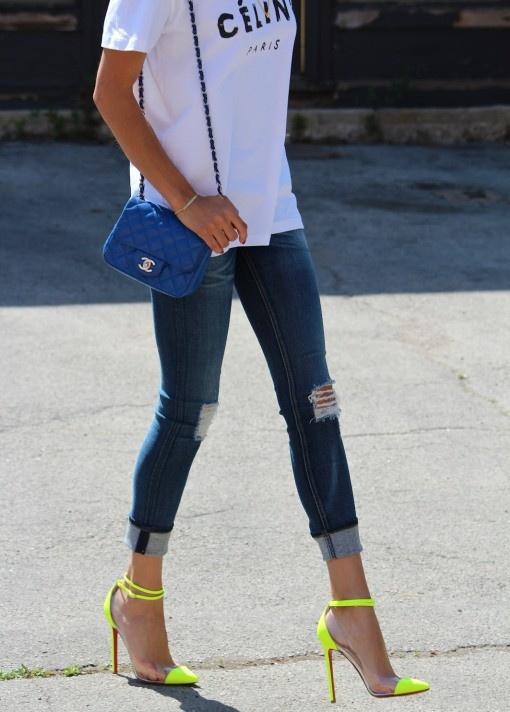 biały t-shirt i neonowe buty