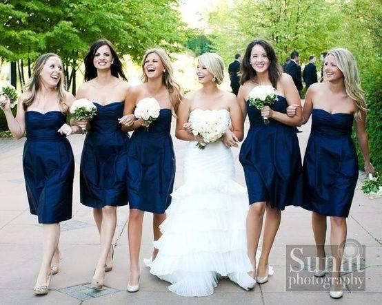 Чтобы подчеркнуть осанку и красивые плечи, выбирайте платье-бюстье или модель с тончайшими бретельками