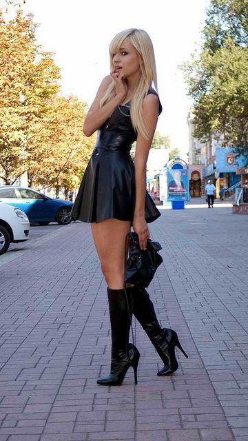 В кожаном платье