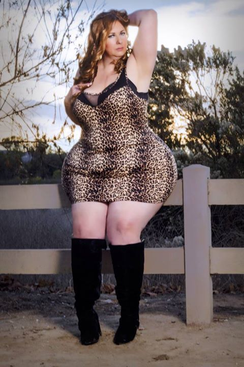 Full figured model with curves and a charming attitude ...