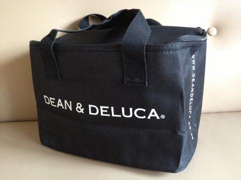 DEAN & DELUCAの画像 | もこもこ日記大活躍マチガイなし♡  DEAN & DELUCAのシンプルな保冷バッグ♪ ずっとピクニックのおべんとうが入るような保冷バッグが欲しかったんです^^  コレ雑誌の付録なんですよ* しかも500mlペット8本入っちゃうらしい^^優秀!  ステキ女子のブロガーさんの耳寄り情報に その日のうちに本屋さんへGOしてました^^ (ほかにオススメされていたユニクロワンピまでゲット・笑)