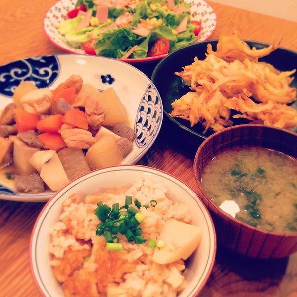 """masako♡ on Instagram: """"今日の晩ごはん 相変わらず、食器の統一性がないなぁうちの照明オレンジ過ぎるから、晩ごはんいつも上手く撮れない ✴︎たけのこご飯 ✴︎カブの葉とネギの味噌汁 ✴︎煮物(鶏肉、大根、里芋、人参、蒟蒻) ✴︎玉ねぎ、人参、さつまいものかき揚げ ✴︎サラダ…"""""""