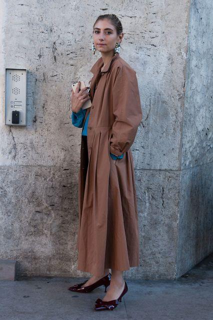 ロングコートをシックに着て、気分はオードリー・ヘップバーン! - 今年のコートは長く、ゆったりと | SPUR.JP