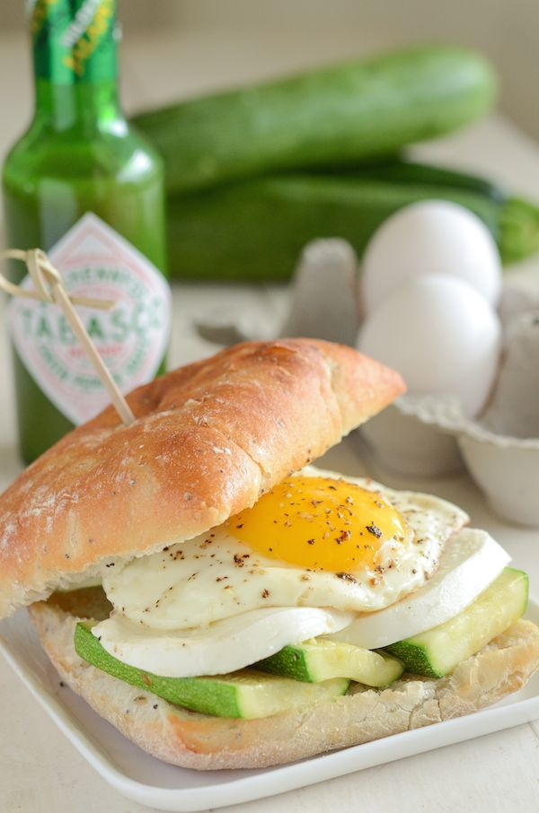 Looking forward to waking up early, this spicy zucchini, mozzarella & fried egg breakfast sandwich is going to be delish!
