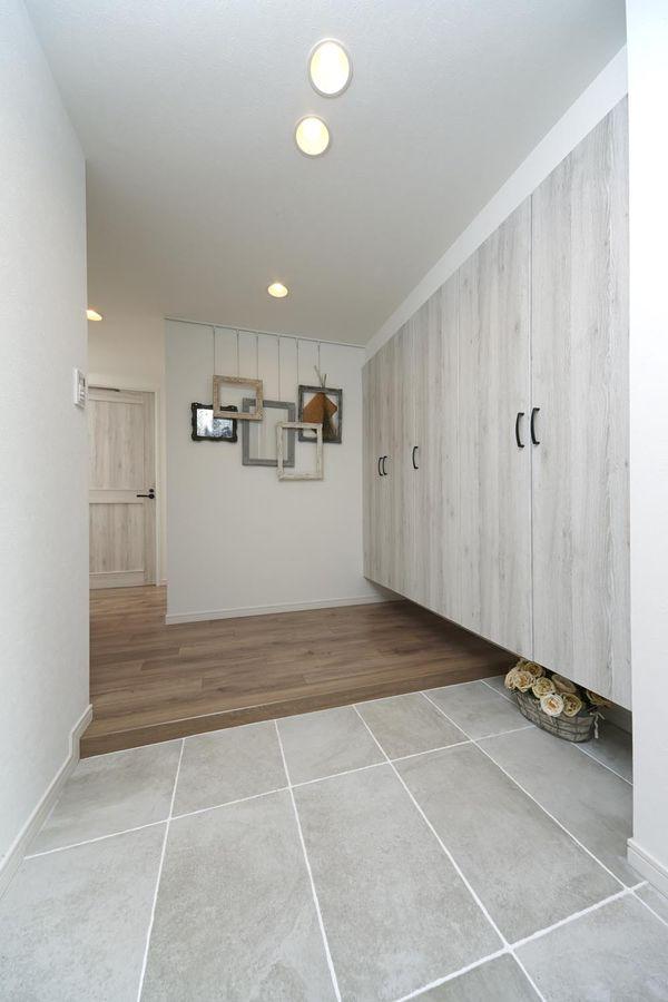 フロアタイルで、「本物感」あるおしゃれな床に。その魅力と種類は?