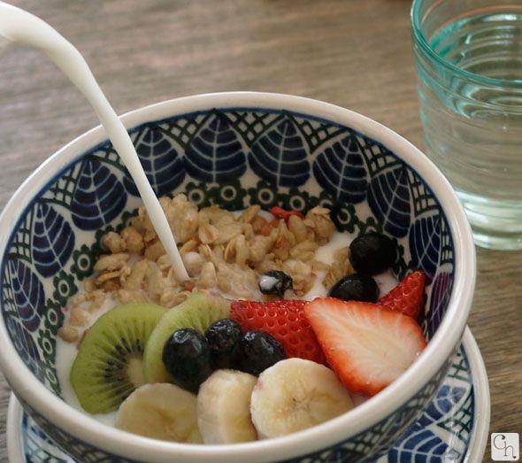 梨花さんのカフェ「Rosalie」でも使用されているポーランド食器のカフェオレ・ボウル♪大きな葉っぱのイラストが可愛いです。たっぷりミルクを注いでフルーツ・グラノーラの朝ごはん☆