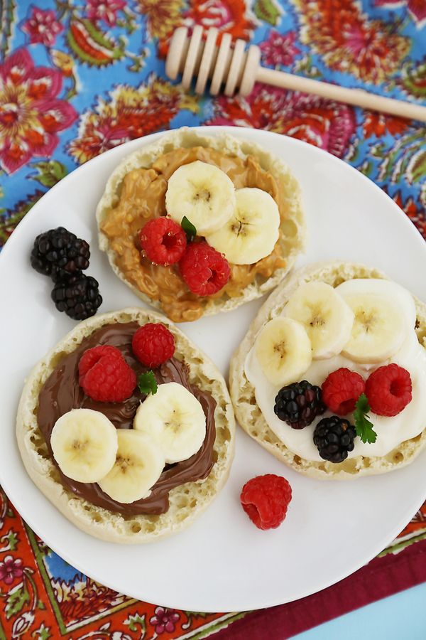 English Muffin Fruit Breakfast Pizzas: top your Thomas' English Muffins with delicious fruit and a sweet spread for one smart breakfast from our friend The Comfort of Cooking.