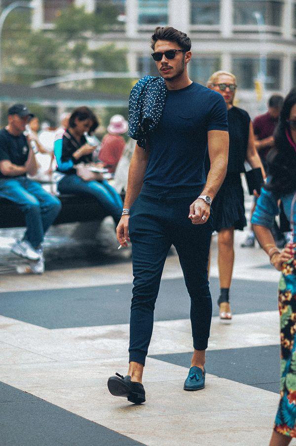 30代メンズにおすすめネイビーファッション6:全身ネイビーのタイトコーディネート