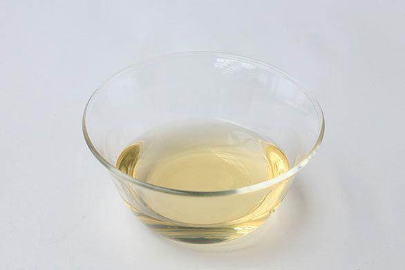 「味りん」は蒸したもち米、米麹に焼酎などのアルコールを原料とし、40日から60日かけて熟成させます。そうすることで米麹中の酵素が働き、もち米のデンプンやタンパク質が分解されて糖類、アミノ酸、有機酸などが生成され、そのままでもおいしいリキュールのような調味料となります。  天然醸造でない本みりんは水あめと醸造アルコールを使い、短期間で、天然醸造の約3倍の量を作ることができ、戦後に普及しました。また味りん風調味料と書かれたものは、味りんに似せて作られていますが、水あめや化学調味料などを用いアルコールは含んでいません。  料理の仕上がり差が出ますので、伝統的な製法で作られた本みりんを使うようにしましょう。マクロビ的には甘味をつける時、本みりんの他、未精製の甜菜糖、米飴や麦芽飴などを使うこともあります。