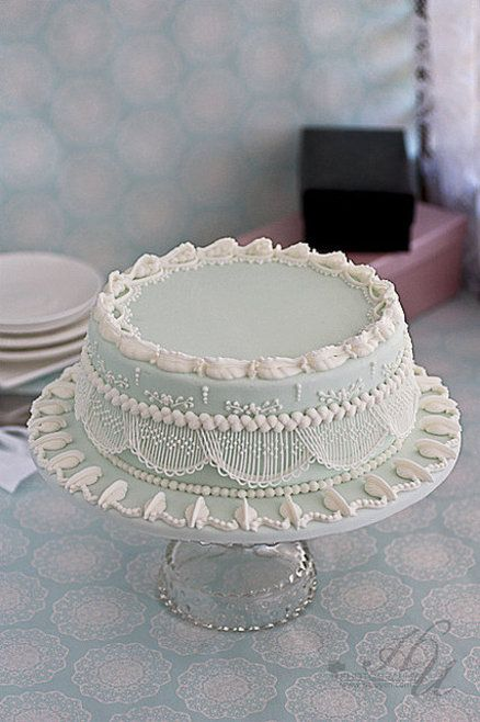 De regreso estos hermosos trabajos... Royal Icing String work cake ~ Very pretty