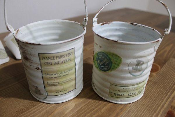 セリアで買ったブリキ缶に色を塗って、アンティーク風ラベルを貼ったもの。s-049.jpg