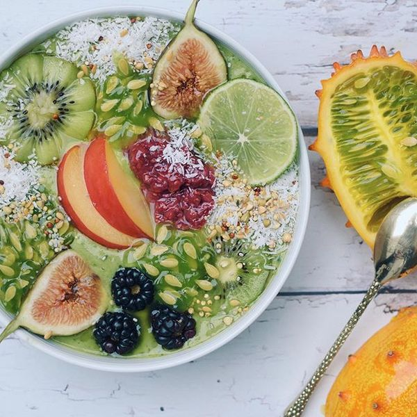 Have you ever tried horned melon? I found it @wholefoods recently and decided to add it to my green #smoothiebowl. It tastes like a hybrid of kiwi, cucumber, banana & lime 💚💚 More ingredient deets are on snapchat 👻👻 What are you eating to get through humpday?