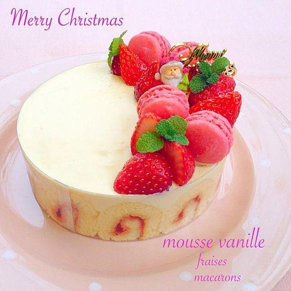 お友だちから頼まれたクリスマスケーキです♪ 何種類か提案した中からバニラのムース、そしてまたもやマカロン乗せ、がいいってことでこれを作りました。 小さなビスキュイロールにはジャムをサンド!底のビスキュイにはキルシュたっぷりのシロップを浸してムースを流し、真ん中に冷凍のクラッシュ、ラズベリーを散りばめました。ホワイトクリスマスをイメージしました  みなさんとこ、まだまわれてないのに連投しちゃいました♡ごめんなさい ゆっくり行かせて下さいね。今から美容院、午後はまたケーキ作りです♪  大掃除⁇  してません - 343件のもぐもぐ - バニラのババロアムース♡クリスマスver. by ruban2