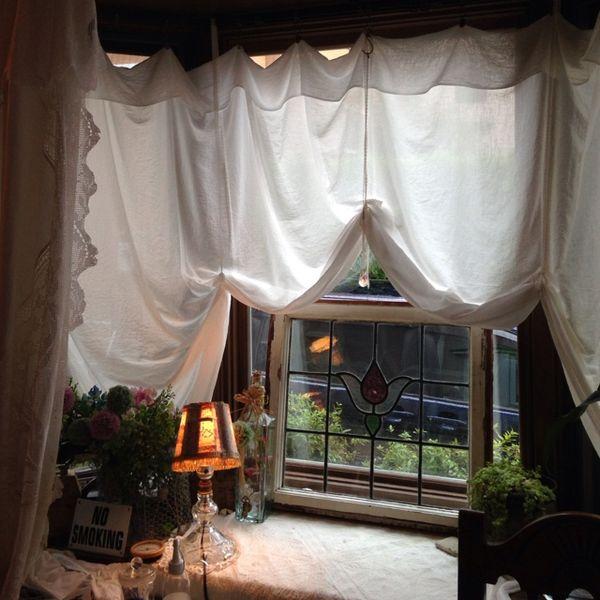 明日から試せる!出窓をカーテンでおしゃれにする活用術。おすすめの目隠しやインテリアも徹底解説。