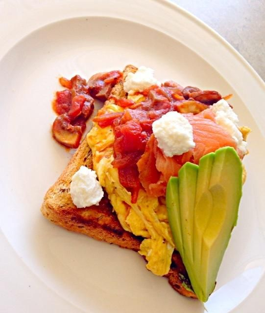 Easy bunch idea, ideal to kick start your weekend - 35件のもぐもぐ - Smoked salmon, scrambled egg, toasted grain bread, avocado, ricotta, tomato onion and mushroom by Chrisy Hill