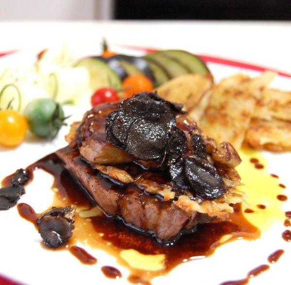 牛フィレ肉に、フォアグラソテー、フォンドボーにマゼラ酒とトリュフで仏の美食家ロッシーニ風♪かなり贅沢(笑)