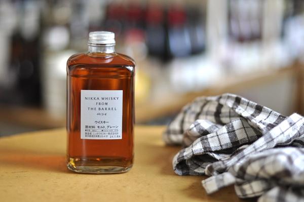 ...Nikka Whisky from The Barrel.  51%的酒,朋友推荐3份酒1份水,味道重过all malt款, 纯饮的话很明显有些木头的味道.