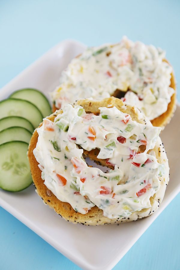 Whipped Garlic Veggie Cream Cheese – So easy and versatile! Spread on toasted bagels, or mix in to pasta sauce for decadent creaminess. Thecomfortofcooking.com Made with @ThomasBreads