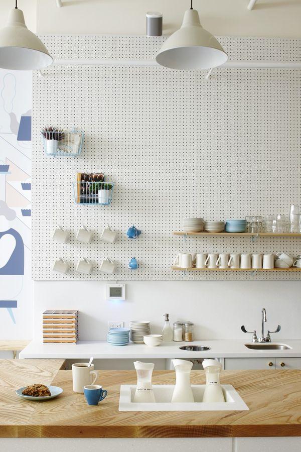 【可愛らしくて実用的】壁一面が有孔ボードの収納スペースになったキッチン | 住宅デザイン