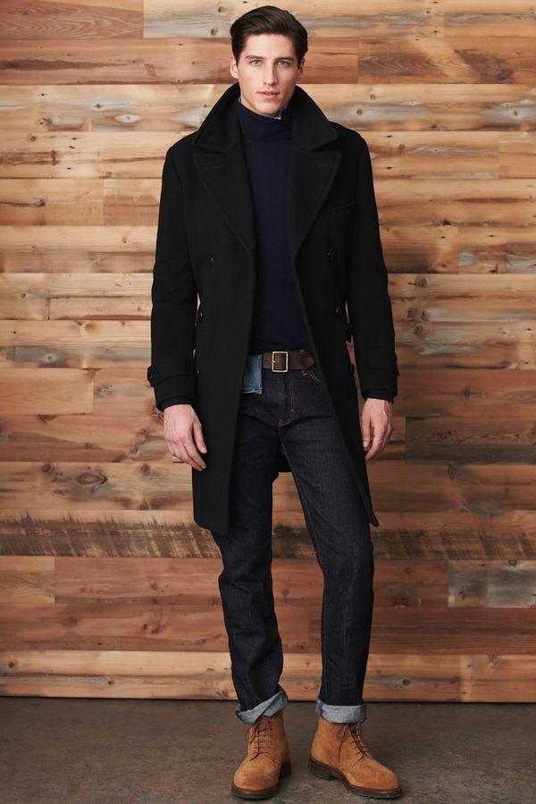 ネイビーカラーのニット×デニムに黒コートのきちんと感のあるスタイル。スエードシューズがカジュアルアクセントに