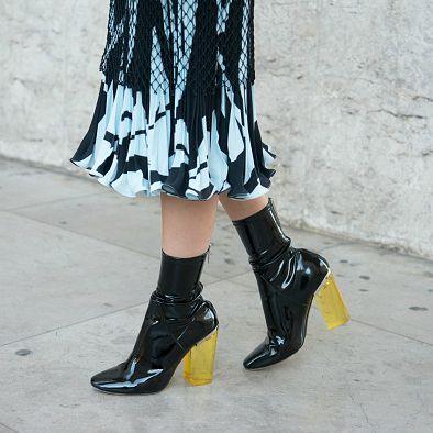 【DIOR】半透明ヒールでブーティをモダンにアップデート - ファッションウィークに華を添えたデザインコンシャスなハイヒール | SPUR.JP